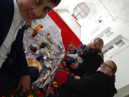 Rustam übt Selfies schießen mit unserem Handy