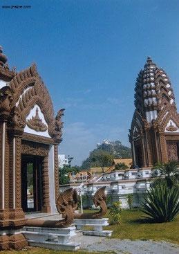 Lak Mueang mit Blick auf Spiegelberg und Klöster (Khao Chong und Thammikaram)
