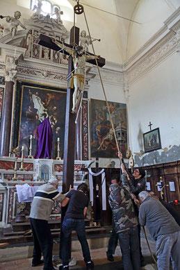 Mise en place de la croix (cl. Pierre Martelli)