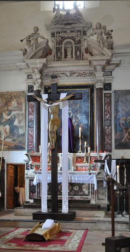 La croix devant le maître-autel