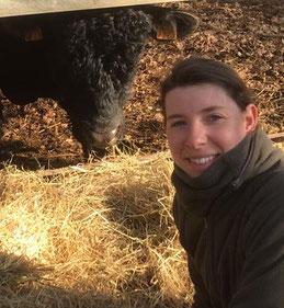Clémence de Chabot éleveuse de bovins Aberdeen Angus vendus en vente directe à la Ferme de Neuvy dans le Cher