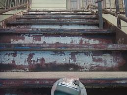 鉄骨階段塗装前。鉄骨サンダーケレン