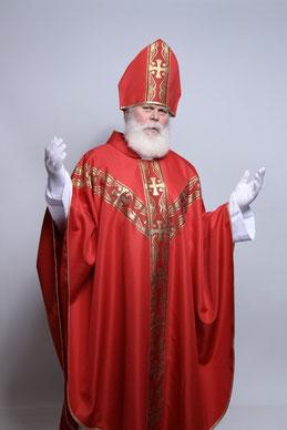 Berliner Weihnachtsmann Santa Klaus im Nikolauskostüm.