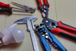 Werkzeug für Elektroinstalationen und die entsprechenden Leistungen