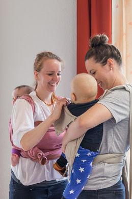 Melanie Probst in der Trageberatung mit einem Baby in einer Tragehilfe