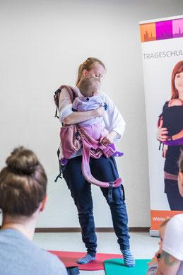 Melanie Probst im Tragetuch Workshop