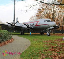 Rosinenbomber am Luftbrückendenkmal