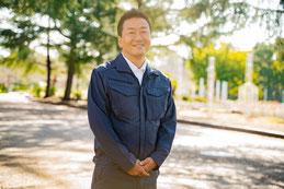 公園に立っている代表者の写真