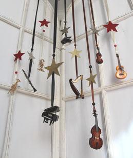 Viele schöne Deko Instrumente zum Aufhängen
