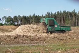 Herstellung von Hackschnitzeln, Hacken von Restholz und Reisig zu Energieholz, Schreddern von Stubben