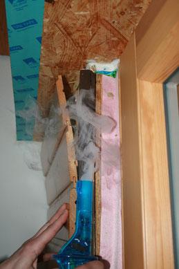 Untersuchung von Leckagen mit einem Rauchgenerator.
