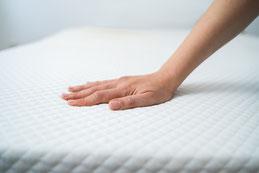 Teppichreinigung-mueden.de, Start, Bild Matratze mit Frauenhand