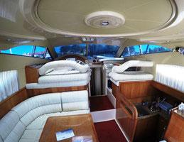 Yacht innen mit Salon, Küche und Steuerstand