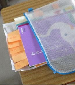 写真2 「赤ペン先生作戦」では、提出された学習課題を丁寧にみとり、ふせんにアドバイスを書いて子どもたちに返却する