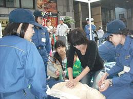 救急救命指導の女性団員(片町ホコテン)