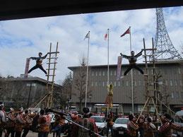 中警察署前で加賀鳶はしごのぼり披露