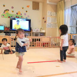 英語の音楽に合わせてダンス!