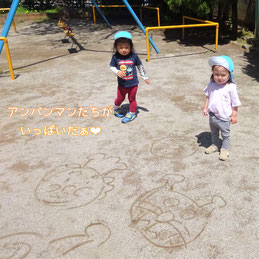 地面にたくさんのアンパンマンと仲間たちが!公園でも一緒に大好きなアンパンマンと遊びました。