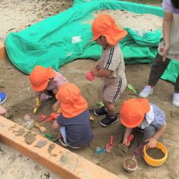 みんな大好き砂遊び!夢中になっておだんご作りをしています
