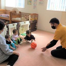 ボール遊びをしながら英語を学びます
