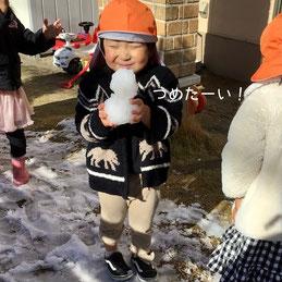 つめたーい!けど雪だるまつくるの楽しい♪