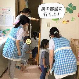 玄関から遠い奥の部屋へ園児を避難させます。
