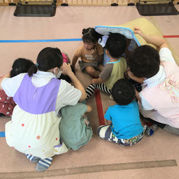 園児たちの頭を守るために布団を使いながら訓練をします