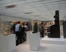 Louvre-Lens  Musée, un groupe en visite dans la Galerie du temps