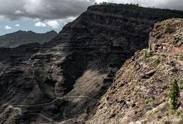 Gran Canaria, gewundene Landstraße am vulkanischen Steilhang. Foto: Dr. Klaus Schörner
