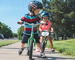 """bernのジュニア、キッズ用ヘルメットは大人用ヘルメットの機能をそのままに、小さな頭に完璧にフィットするようサイズダウンされています。 bernでは""""安易なサイズフリー""""を徹底的に排除することによって、本当の安全を常に心掛けています。 将来、アスリートとして世界を舞台に活躍する可能性のある子供たちだからこそ、bernのヘルメットを被せてあげましょう。"""