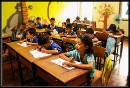 เด็กนักเรียนในห้องเรียนที่ศูนย์การเรียนรู้ของมูลนิธิเอเซียเซนเตอร์