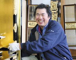 仏壇工芸ほりお 金箔担当 箔押師 野畑雅義は、職人歴40年。0.1ミクロンと言われる金箔を自在に操ります。