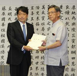 要望書を手渡す翁長知事(右)と小野寺防衛相=14日、県庁