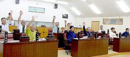 川満町長辞職勧告決議案が賛成多数で可決された=20日夜、町議場