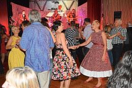 """Stilecht gekleidet wird zu den Klängen der """"Red Jackets"""" in der Dotternhausener Festhalle getanzt. Foto: Jenter Foto: Schwarzwälder-Bote"""