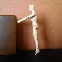 立って つま先立ちする人形