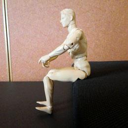 イスに座って つま先を上げる人形