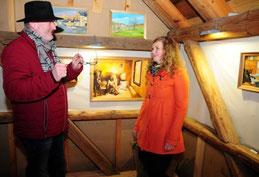 Die Ausstellungseröffnung war gut besucht. Hier unterhält sich Nicole Musch mit Besucher Matthias Rochlitzer. Foto: Dirk Trautmann