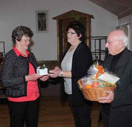 Anna Fischer und Gertraud Maier überreichten Pfarrer Arnold ein Geschenk.
