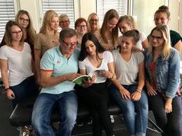 Dr. Michael Tank aus Hamburg mit den Studenten vom Bodensee Campus