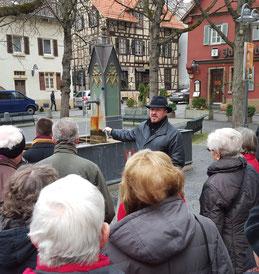 Stefan Betsch bei einer Führung am Jakobsbrunnen in der Altstadt von Bad Cannstatt