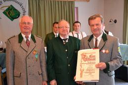 Franz Summerer (ganz rechts) mit Ehrenbezirksobmann Franz Berger und Landesschriftführer Peter Buchsbaum (Mitte)