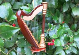 Mini-Harfe vor Ilex dekoriert.