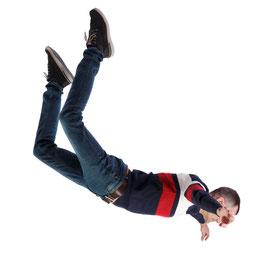 Eine person fliegt durch die Luft und befindet sich im freien Fall