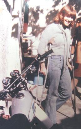 Avec mon plâtre et les vieilles béquilles peu après mon accident (1977) devant ma moto qui me fut volée peu après...