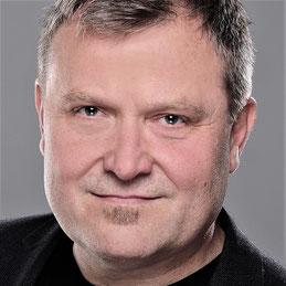 Gesicht des Schulleiters von LEDERER_training, Jan Lederer, mit freundlichem Blick und Lächeln