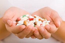 Hände voller Tabletten