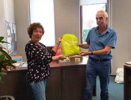 Vrijwilliger Rinie ontvangt de beschermingsmiddelen van    Marijke Arends