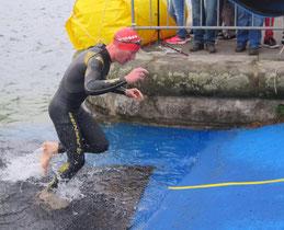 Daniel Gassner sprintet aus dem Wasser in Zug