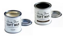 Auf dem Photo sieht man eine Dose Annie Sloan Soft Wax hell und eine Dose Annie Sloan Soft Wax dark. Beide Dosen sind offen,